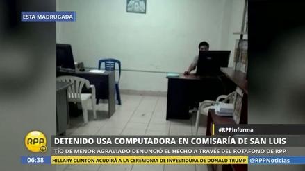 Un detenido usa la computadora de la comisaría para entrar a Facebook