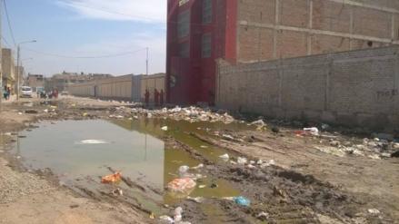 Bomberos mortificados por cantidad de basura en exteriores de su compañía