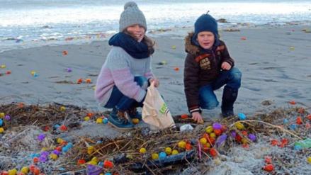 Twitter: una playa alemana aparece repleta de juguetes