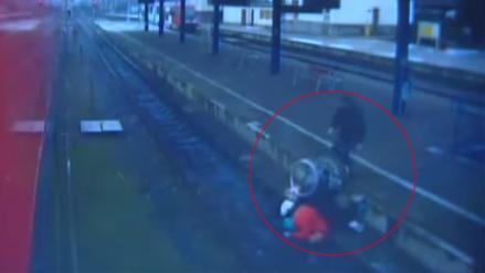 Un sujeto lanza a una anciana en silla de ruedas a las vías del tren