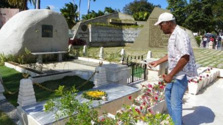 El actor Danny Glover visitó la tumba de Fidel Castro
