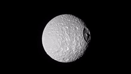 Una de las lunas de Saturno se parece a la Estrella de la Muerte
