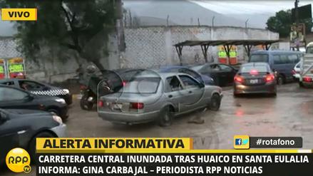 Decenas de vehículos varados por huaico en Chaclacayo