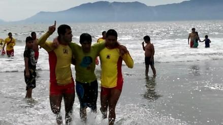 Rescatan a dos hermanos de las peligrosas aguas de playa Atahualpa