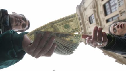 Tipo de cambio del dólar cerró cayendo a un mínimo de cinco meses