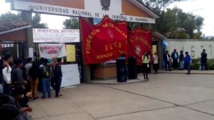 Estudiantes tomaron sede de la Universidad Nacional de Huamanga
