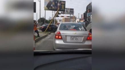 Semáforo a punto de caer atenta contra peatones y conductores