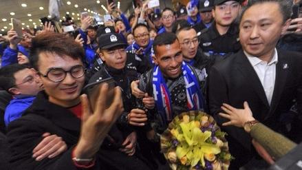 Carlos Tévez fue recibido por una multitud a su llegada a China