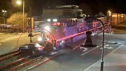 Tren arrolla a un auto y conductor le echa la culpa al GPS
