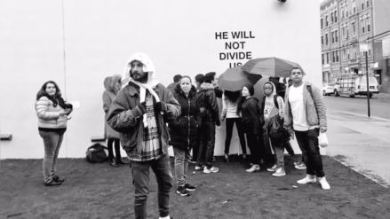 Shia LaBeouf casi pierde los papeles durante protesta