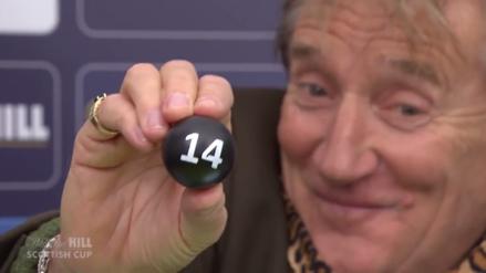 Extraña conducta de Rod Stewart en el sorteo de la Copa Escocesa