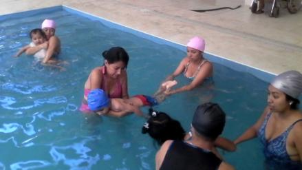 Niños con habilidades especiales reciben terapias acuáticas gratuitas en Lambayeque
