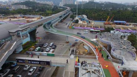 Una ciudad china inauguró un carril elevado para bicicletas