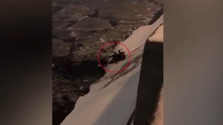 Policía se lanzó a un río congelado para rescatar a una mujer