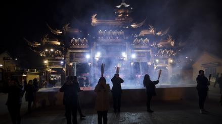 Fotos | China recibió el Año del Gallo entre luces y nubes de esmog