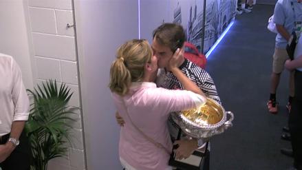 Emotivo beso de Roger Federer y su esposa tras ganar el Abierto de Australia
