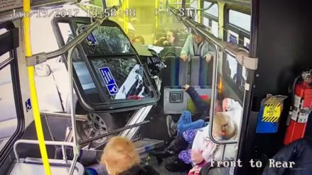 Conductor pierde el control de su vehículo y atraviesa un autobús