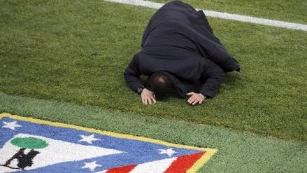 Diego Simeone se descontroló y terminó en el suelo tras reclamar al árbitro