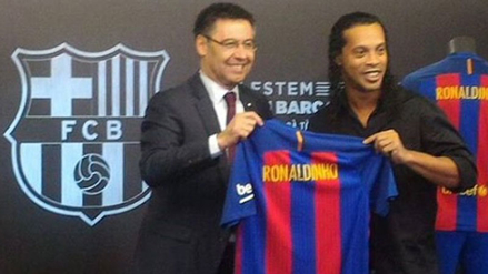 Ronaldinho regresó al Barcelona y cederá el Balón de Oro que ganó