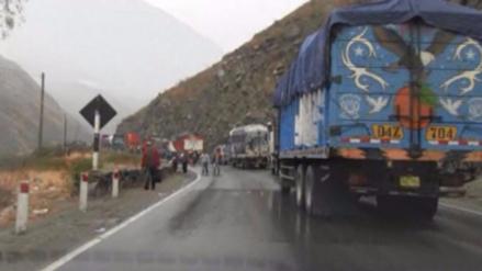 Deslizamiento de piedras bloquea la vía Tarma - Huasahuasi