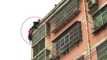 Mujer se lanza desde un edificio y su esposo la salva sujetándola del pelo