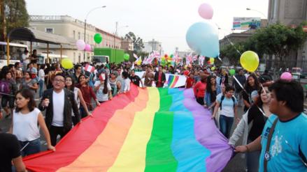 Comunidad LGTB organiza marcha de besos y abrazos contra la homofobia