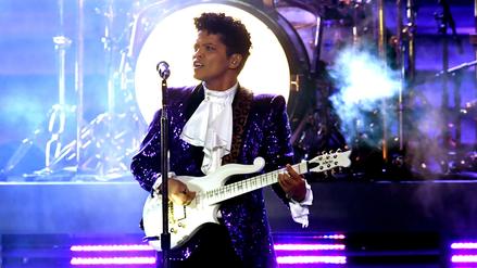 Video | Bruno Mars rinde homenaje a Prince en los Grammy