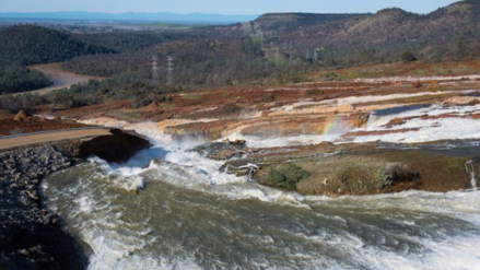 Casi 200 mil evacuados en California por daños en la presa Oroville