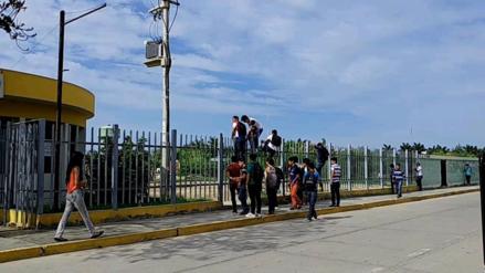Estudiantes toman universidad y otros trepan rejas para poder ingresar
