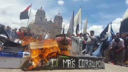 Universitarios quemaron ataúdes en rechazo a la corrupción