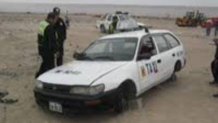 Delincuentes abandonan taxi desmantelado en Porcón Alto