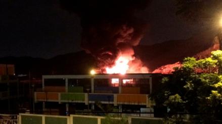 Incendio consumió un almacén de tubos de plástico en el Rímac