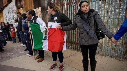 """Mexicanos crean un """"muro humano"""" en la frontera con EE.UU."""
