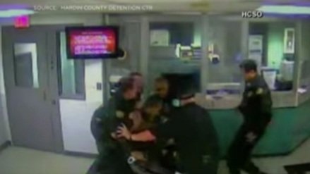 Video   Dos policías se agarran a puñetazos en una cárcel en Estados Unidos
