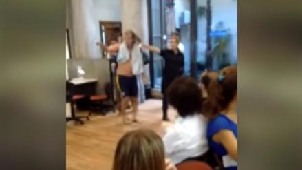 Video | Argentino fue a bañarse a la empresa que le cortó el agua y la luz