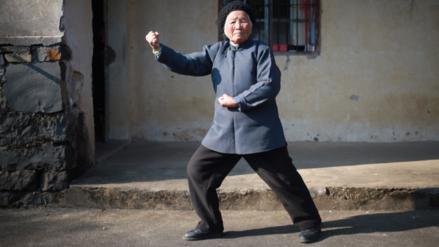 Una mujer china de 94 años protege a sus vecinos con técnicas de kung-fu