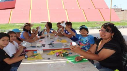Niños aprenden a elaborar réplicas del Señor de Sipán con latas de gaseosas