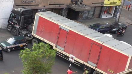 Vídeo: Tráiler ocasiona congestión en plena avenida para cuadrarse