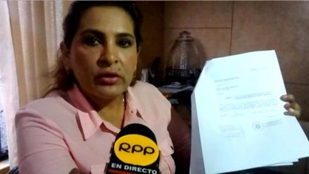 Congresista Maritza García muestra su certificado de quinto año