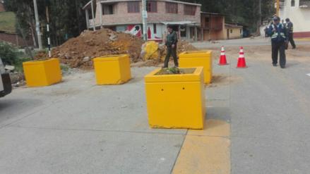 Instalan bloques de concreto en Av. Héroes del Cenepa
