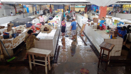Chiclayo: limpieza en mercado Modelo por plaga de moscas