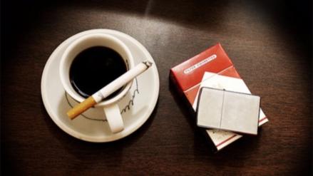 Fumar cigarrillos te hace querer beber más café