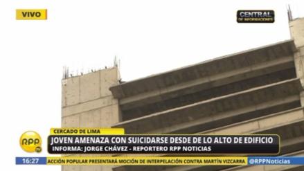 Hombre intenta suicidarse desde un edificio porque lo despidieron del trabajo