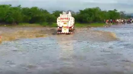 Choferes de cisternas arriesgan su vida al pasar por badén del río Olmos