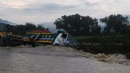 Camión que transportaba tubérculos fue arrastrado por quebrada Juana Ríos