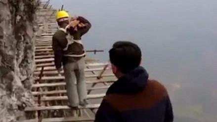 Trabajadores en China construyen un camino a 1,700 metros de altura