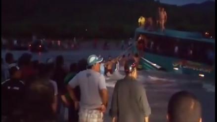 Piura: bus quedó en medio de quebrada y pasajeros fueron auxiliados