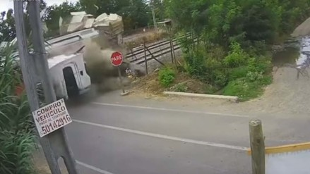 Video | Tren partió en dos a un camión en un accidente en Chile