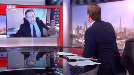 Académico es interrumpido por sus hijos cuando daba entrevista a la BBC