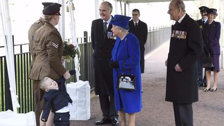 Twitter: un niño hizo una pataleta frente a la reina de Inglaterra